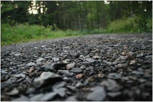 Hier wurde fast auf Bodenhöhe fotografiert. Der steinige Weg scheint so in die Unendlichkeit zu führen Foto: Dominik Heggemann  / pixelio.de