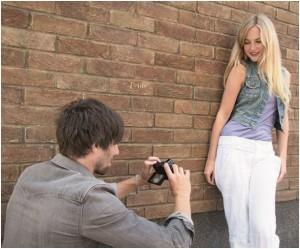 Wenn das Model hingegen direkt vor dem Hintergrund steht, lässt sich es kaum oder gar nicht freistellen Foto: Olympus