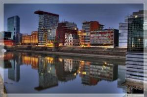 Der Düsseldorfer Medienhafen ist ein beliebtes Fotomotiv. Mit der Wasserspiegelung hier ist er sehr gut getroffen Foto: Georg Schwalbach (GS1311)