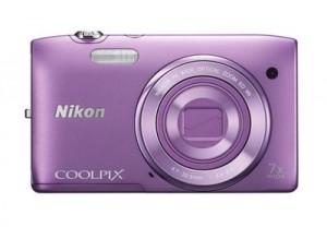 Typisch für die meisten Kompaktcams: Bei dieser Nikon Coolpix S3500 verschwindet das Objektiv im Ruhezustand komplett im Gehäuse Foto: Nikon