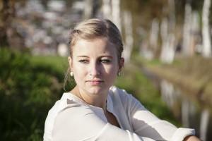 Typisch für professionelle Porträtaufnahme ist der unscharfe Hintergrund. Dies erreicht man am besten mit einer Telebrennweite emoji / photocase.com