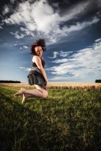 Kombiniert mit ungewöhnlichen Posen macht solch ein Weitwinkelporträt (23 mm) eine Menge her Foto: pollography / photocase.com